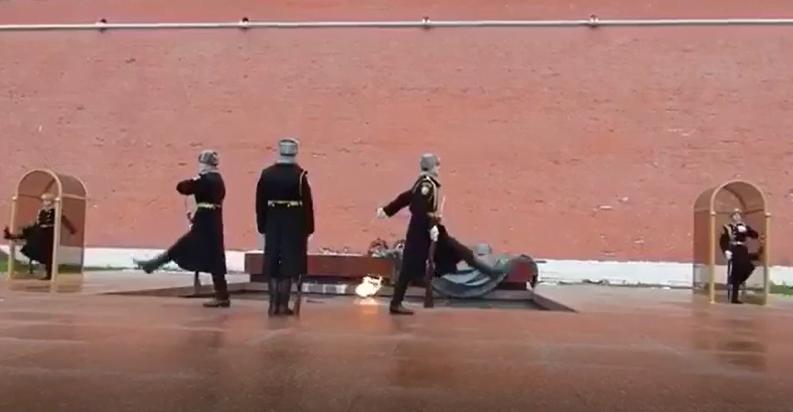 شاهد..طريقة تبديل الجنود في قصر الكرملين الروسي