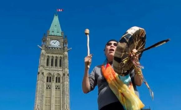 كندا توافق على دفع تعويضات للسكان الأصليين في قضية التبني القسري