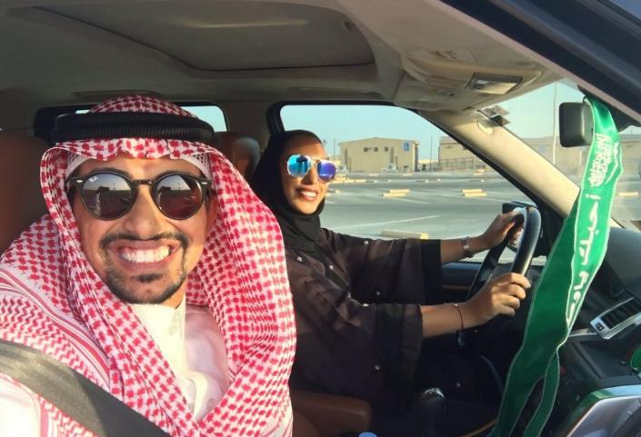 بعد قرار السماح للمرأة بقيادة المركبة مواطن يدرب زوجته على القيادة