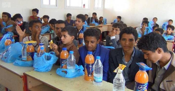 مركز الملك سلمان للإغاثة يواصل توزيع الوجبات الخفيفة في المدارس اليمنية