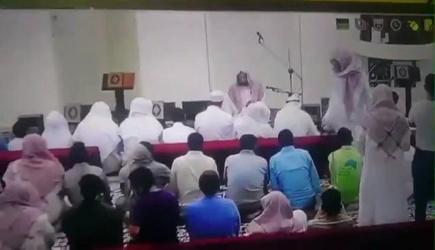 """شاهد.. لحظات وفاة الدكتور """"خالد القرشي"""" في محرابه بعد إمامته للمصلين صلاة العصر"""
