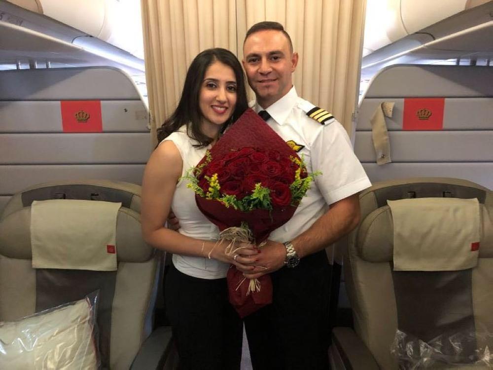 في السماء بين عمّان ودبي.. طيار يخطب مسافرة خلال الرحلة