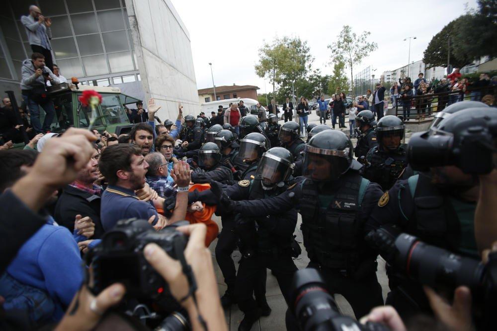 الشرطة الإسبانية تمنع وتصادر صناديق اقتراع في كاتالونيا