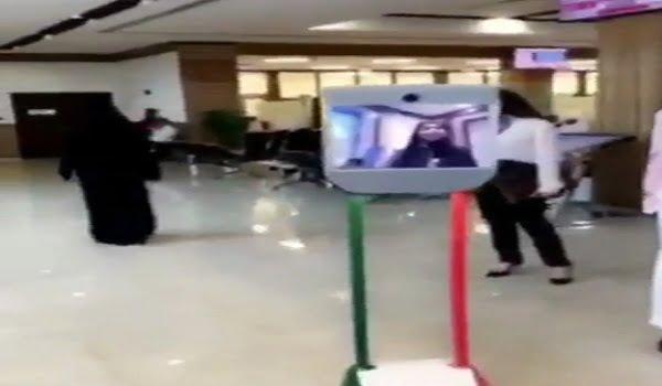 """شاهد.. هذا الجهاز """"الإرشادي"""" يثير دهشة مواطن خليجي في أحد محاكم دبي"""