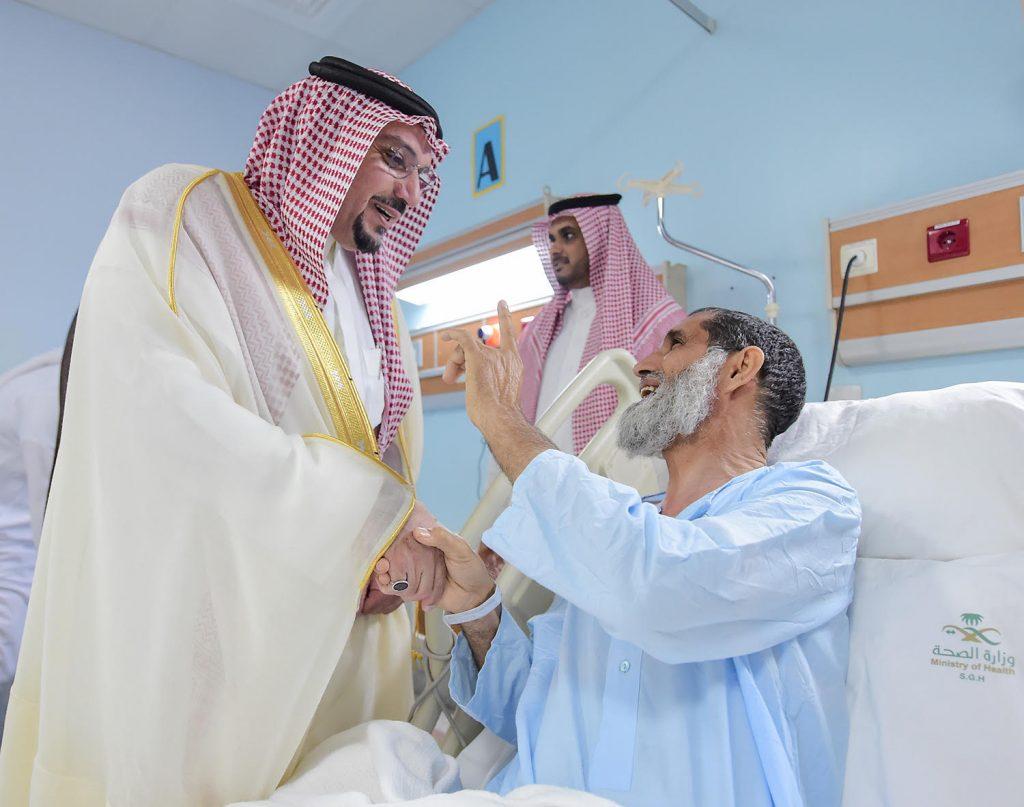 """زاره بالمستشفى.. أمير القصيم يطمئن على صحة """"الرشيدي"""" مفتش وزارة التجارة والاستثمار"""