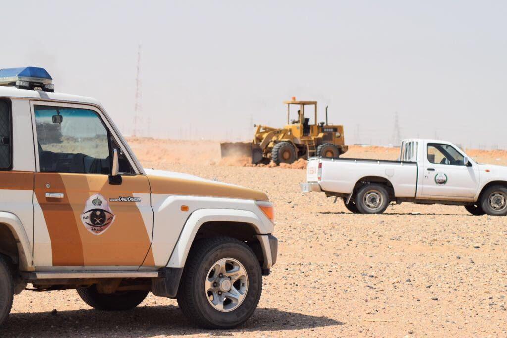 بلدية القيصومة تزيل السواتر الترابية بالمخيمات
