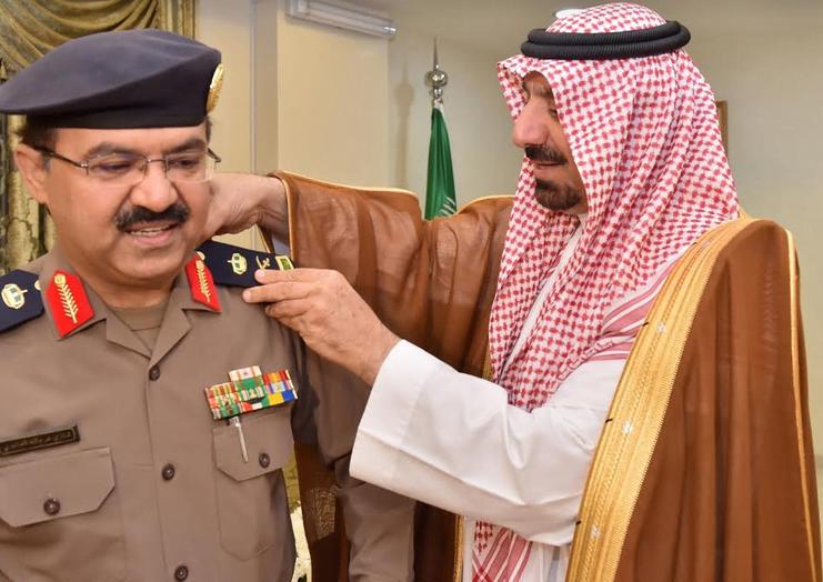 أمير نجران يقلد مدير الدفاع المدني رتبة لواء