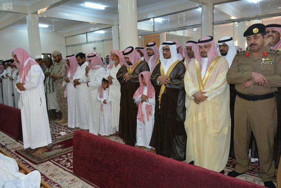 نائب أمير جازان يتقدم المصلين على شهيد الواجب عواجي عطيف
