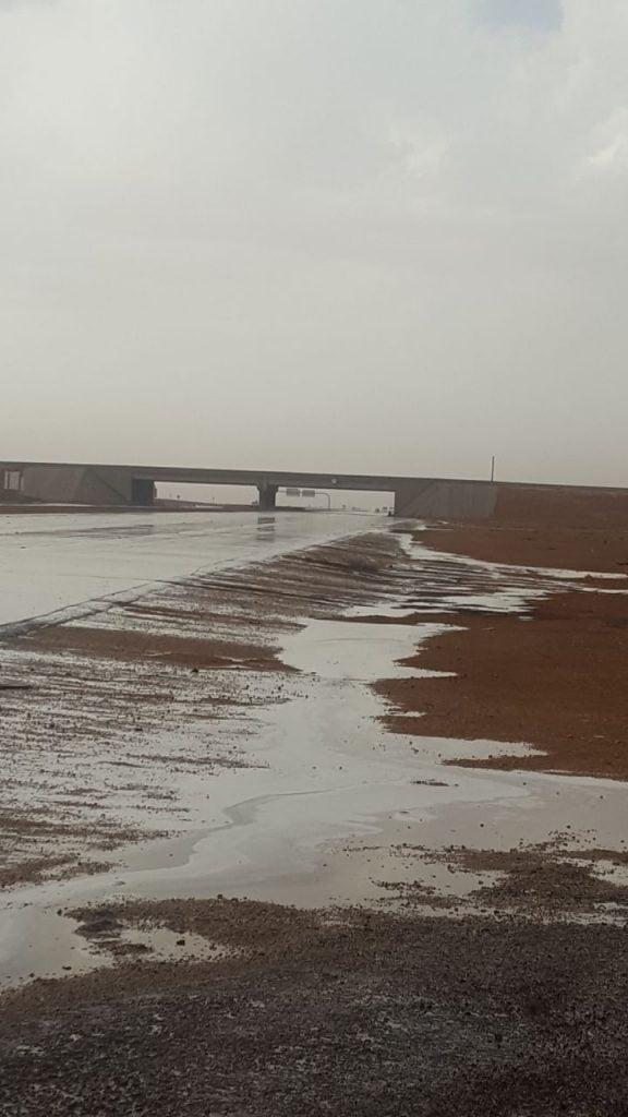 شاهد.. أمطار الخير غرب حزم الجلاميد في الحدود الشمالية