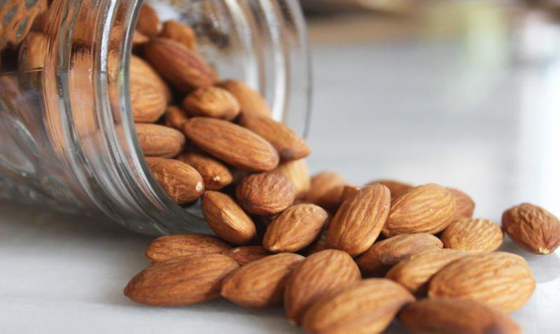 دراسة: تناول اللوز مع وجبة الإفطار يحافظ على الجهاز المناعي.. ويطيل العمر