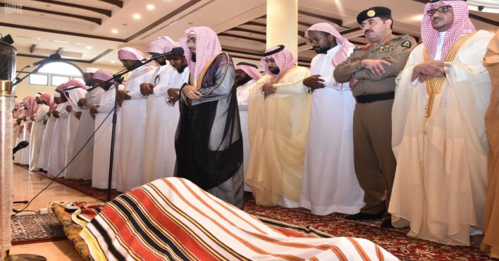 نائب أمير جازان يؤدي صلاة الميت على الشهيد محمد آل سالم