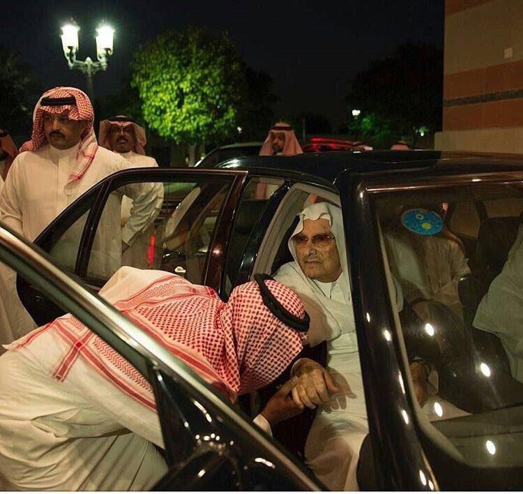 بالصور.. الأمير طلال بن عبد العزيز يقدم واجب العزاء في وفاة الأمير منصور بن مقرن