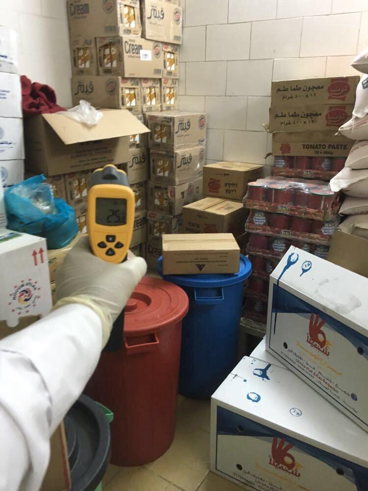 امانة الباحة تغلق ٩ محلات وتصادر مواد غذائية غير صالحة للاستهلاك الآدمي