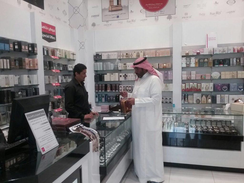 """عمل الرياض يضبط """"154"""" مخالفة تتعلق بالمهن التي يحظر على غير السعوديين الاشتغال بها"""