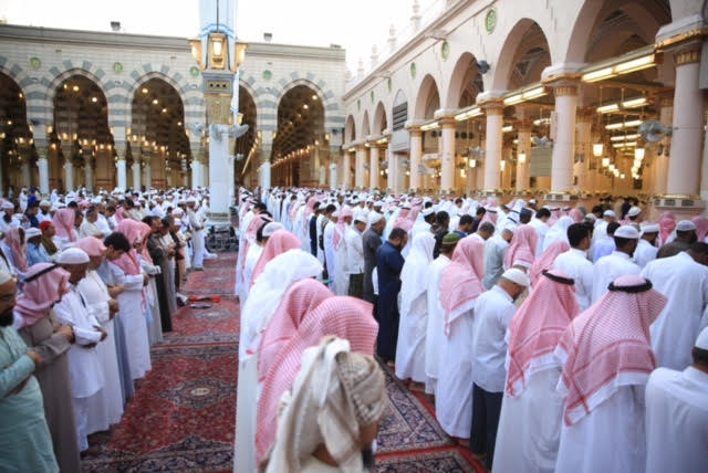 بتوجيه خادم الحرمين الشريفين جموع المصلين يؤدون صلاة الاستسقاء بالمسجد النبوي