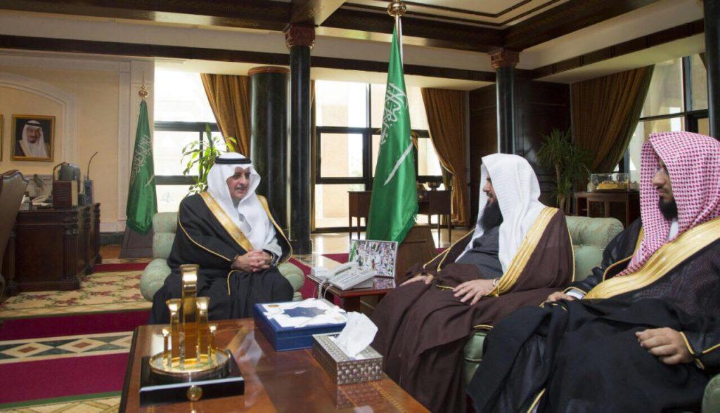 أمير تبوك يلتقى مدير عام هيئة الامر بالمعروف والنهي عن المنكر بالمنطقة