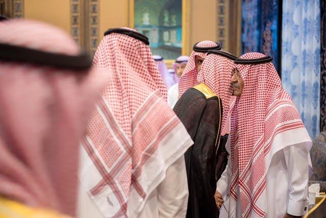 وفد أهالي القصيم يقدمون واجب العزاء والمواساة للأمير مقرن بن عبدالعزيز في وفاة نجله منصور