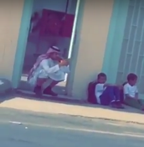 بالفيديو.. معلم ينتظر مع طلابه إلى وقت متأخر من نهاية دوامه