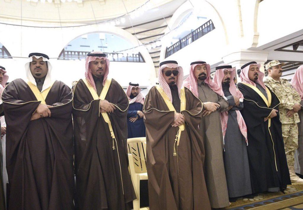 نائب أمير الرياض ووزير الحرس الوطني يتقدمان المصلين على الشيخ بندر بن عبدالمحسن الفرم
