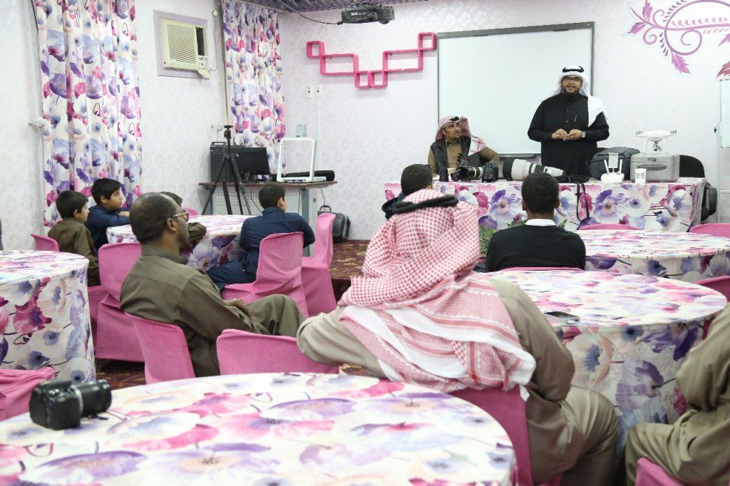 نادي الحي بدومة الجندل يقيم محاضرة عن التصوير الفوتوغرافي