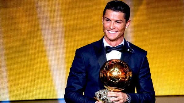 رونالدو يفوز بالكرة الذهبية و يعادل رقم ميسي