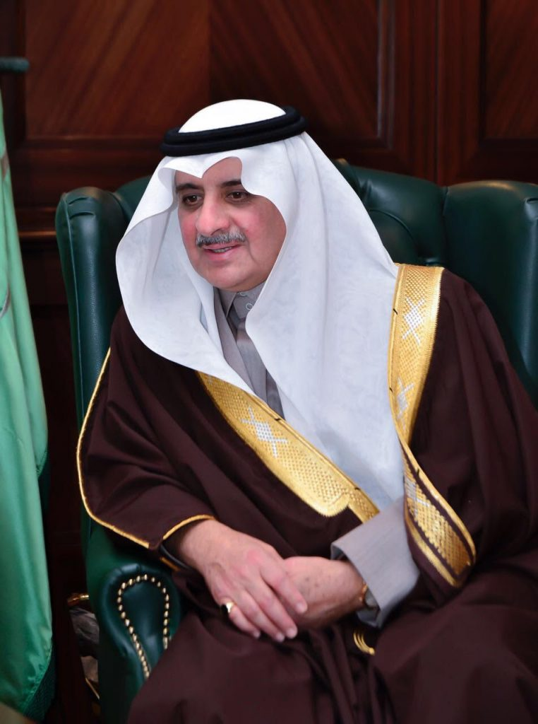 أمير تبوك يطمئن على صحة الشاعر محمد السناني