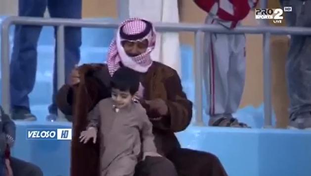 """طفل يبحث عن الدفء تحت """" فروة """" والده بمباراة الفيحاء والقيصومة"""