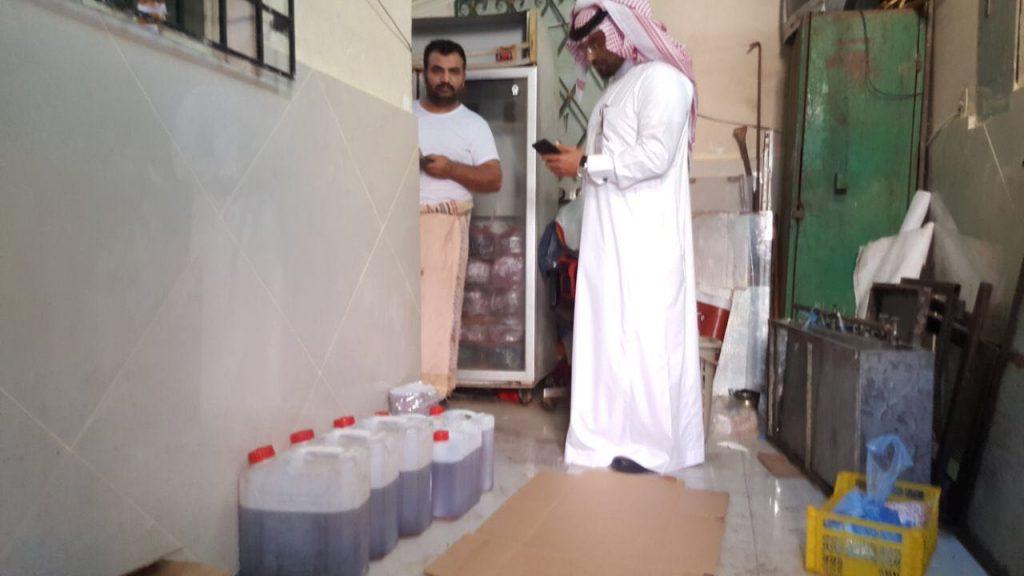 بلدية القطيف: مداهمة معمل للمواد الغذائية داخل شقة سكنية