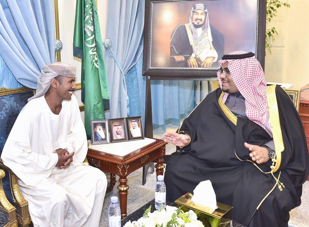 وزير الداخلية يكرم مقيمًا سودانيًا بنجران