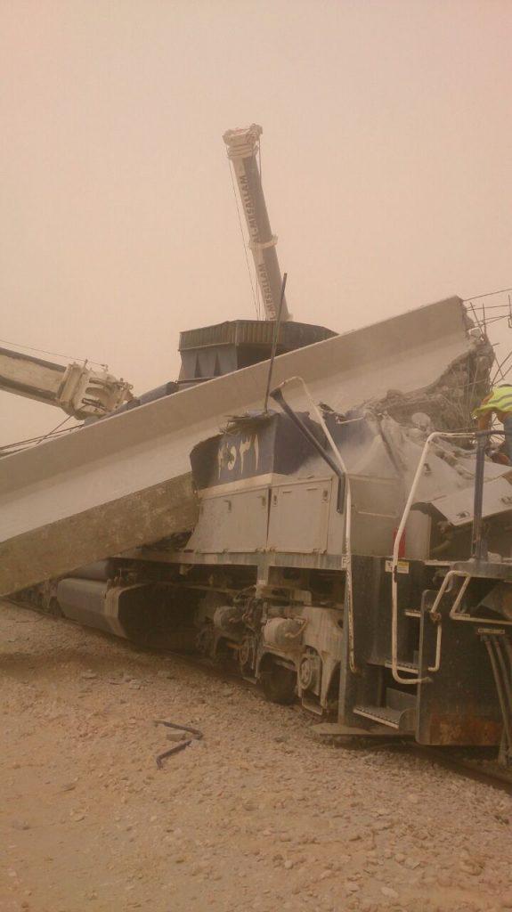 سقوط بلاطة خرسانية على قطار الشحن القادم من الرياض باتجاه الدمام وإصابة قائد القطار
