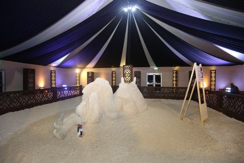 منحوتات ومجسمات رملية في معرض الفنون بمهرجان الملك عبدالعزيز للإبل