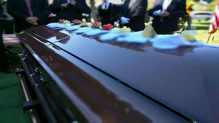امرأة تلد بعد وفاتها بعشرة أيام أثناء الجنازة!