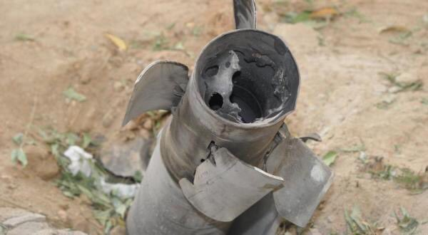 وفاة مقيم باكستاني وتضرر منازل ومركبات بمقذوفات حوثية بمحافظة الحرث