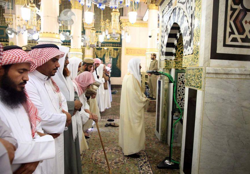 إمام المسجد النبوي يؤم المصلين في صلاة الظهر من محراب رسول الله في الروضة الشريفة