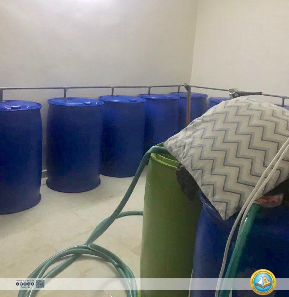 """""""الهيئة"""" و""""شرطة الرياض"""" تداهمان مصنعًا للخمور وتتلفان أكثر من 3 آلاف لتر"""