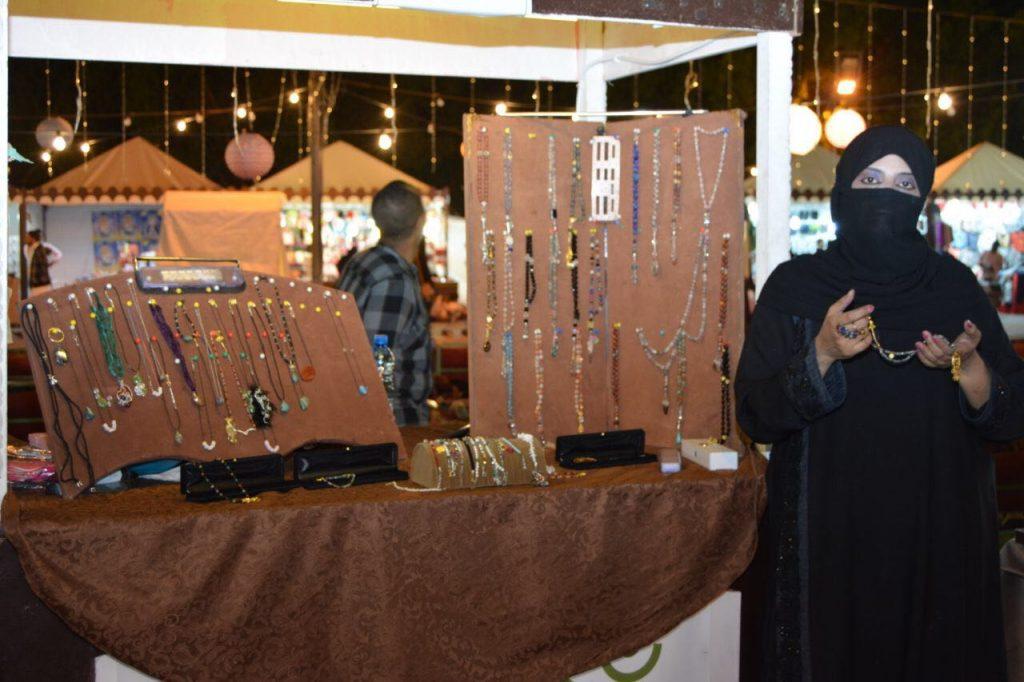 إيمان العجيمي من تصميم حبات الفستق إلى المجوهرات والأحجار الكريمة