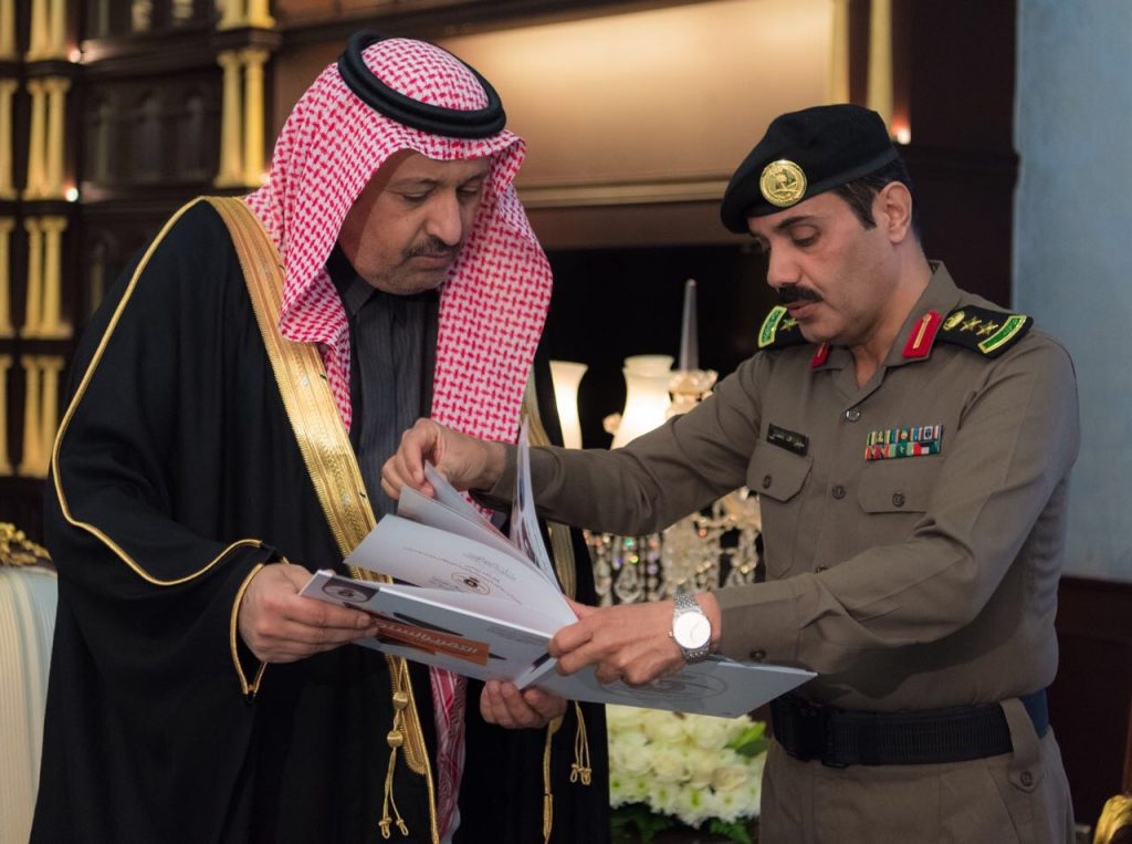 أمير منطقة الباحة يتسلم نسخة من التقرير الإحصائي السنوي للسجون