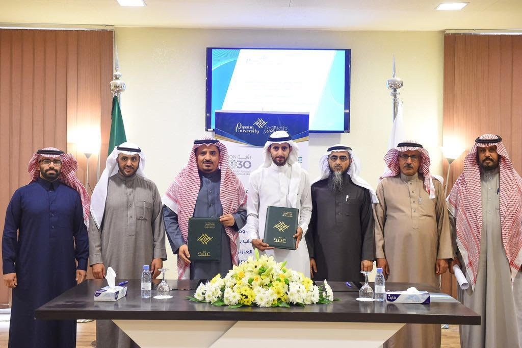 مدير جامعة القصيم يوقع عقد تنفيذ وتجهيز مختبرات كلية العلوم والآداب بعنيزة