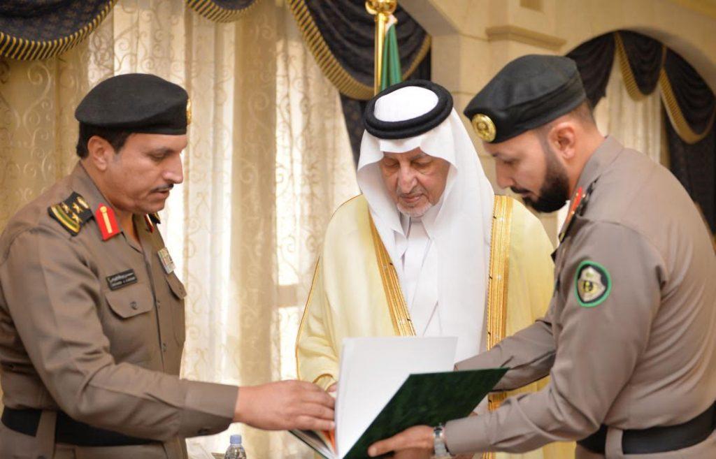 الأمير خالد الفيصل ونائبه يتسلمان التقرير السنوي لإدارة مرور مكة المكرمة