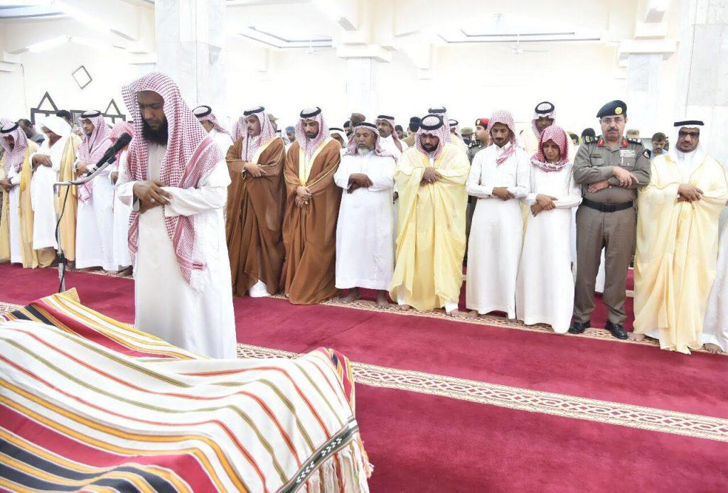 """أمير منطقة جازان بالنيابة يؤدي صلاة الميت على شهيد الواجب """"دكام"""""""