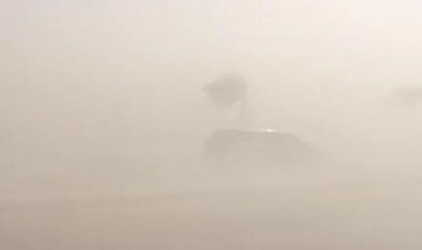 موجة غبار كثيف تجتاح الخرج..ومدير ادارة التعليم يعلق الدراسة