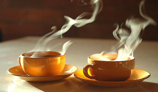 دراسة: تناول المدخنين للشاي الساخن يصيبهم بمرض خطير