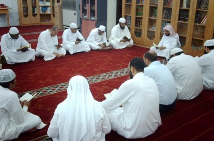 أطباء يعودون طلاباً في حلقات القرآن وأحدهم التحق بالتحفيظ
