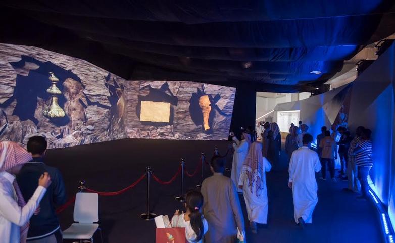 مسؤولون  ومواطنون يزورون واحة السياحة والتراث ويشيدون بفعالياتها