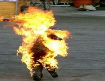 الحكم على حارق زميله بـ «البنزين» في مكة