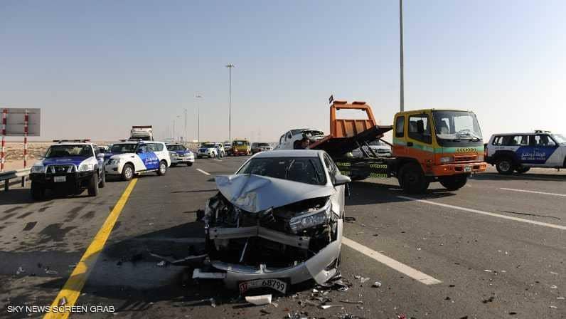 إصابه 22 شخص في تصادم 44 سيارة على طريق يربط أبوظبي بدبي