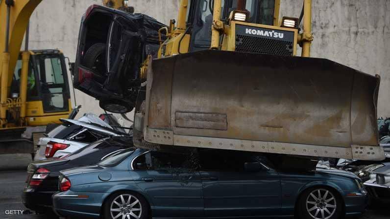 بالصور.. رئيس الفلبين يحطم السيارات الفارهة!