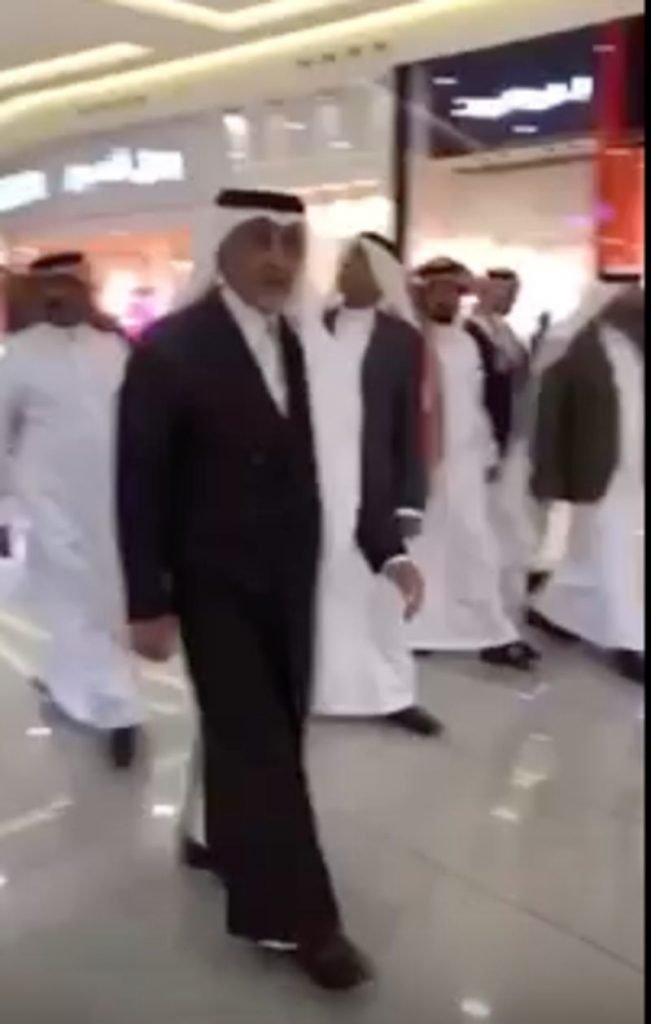 """بالفيديو.. """"خالد الفيصل"""" يسأل بائع سعودي : لماذا لا ترتدي الزَّي السعودي؟"""