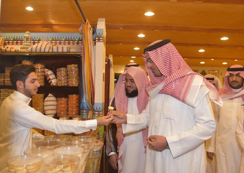 """نائب أمير المدينة المنورة يزور جناح """"بر أبها """" بالجنادرية"""
