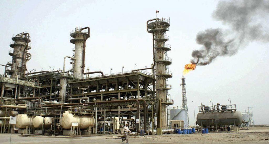 النفط يتكبد أكبر خسارة أسبوعية في عامين